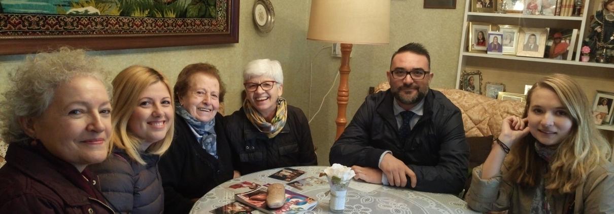 Presidenta de la Fundación, voluntaria, Alcalde y concejalas con una de las Usuarias del servicio de acompañamiento en Vegas del Genil